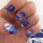 Nailart med blå og hvide negle blomster
